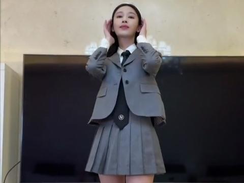 35岁女神张俪制服诱惑,露筷子腿红唇卷发风情万种,遭网友催婚