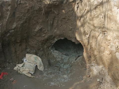男子挖地窖发现神秘洞穴,走进一看,随后的一幕令他不淡定了