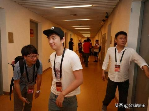 王思聪现身杭州知名酒吧,左拥右抱带着两位美女蹦迪