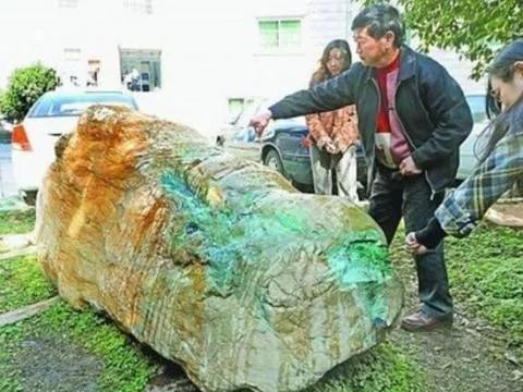 江边小伙一网打捞上来了一块奇石,得知来历乐煞小伙