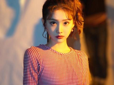 她还没毕业就被张萌公司签下,演过《楚乔传》,还是陈钰琪好友
