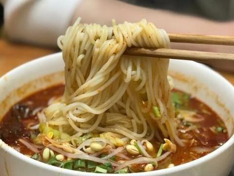 西安排名第一的牛肉米线,一碗12块钱,想吃得排队等位子