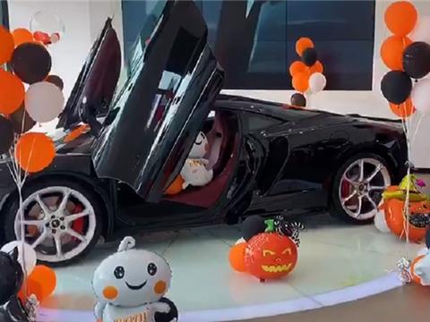适合网红们拍照的交车仪式,车型迈凯伦GT,现场装扮酷似万圣节