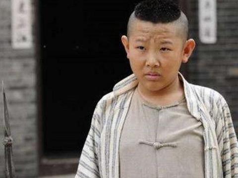 """比林志颖还""""童颜"""",33岁出演儿子,与妻子合影曝出被嘲像母子"""
