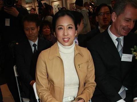朱玲玲能够两嫁豪门,浑身高级气质少不了,穿件夹克也有阔太范