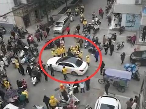 奔驰男撞外卖员后称对方命不值钱惹众怒,被一群小黄人围殴
