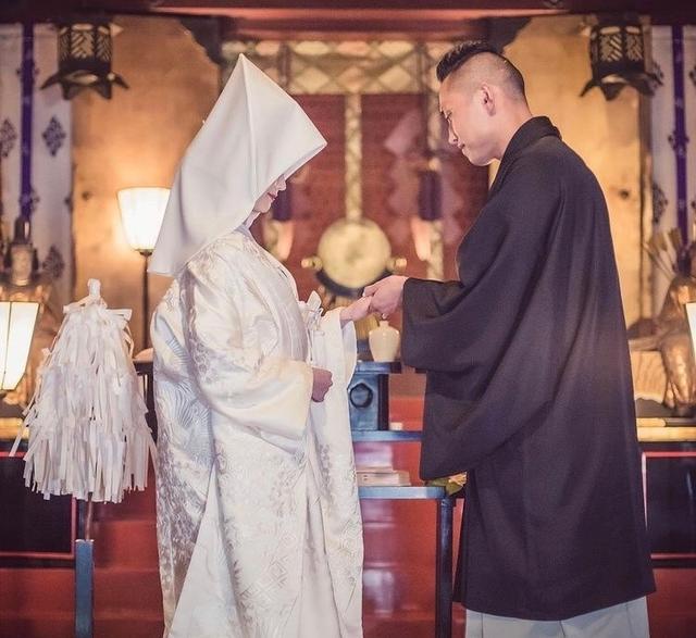 幸福美满!泳坛又一名将大婚,穿日式传统服结婚,娇妻笑容满面