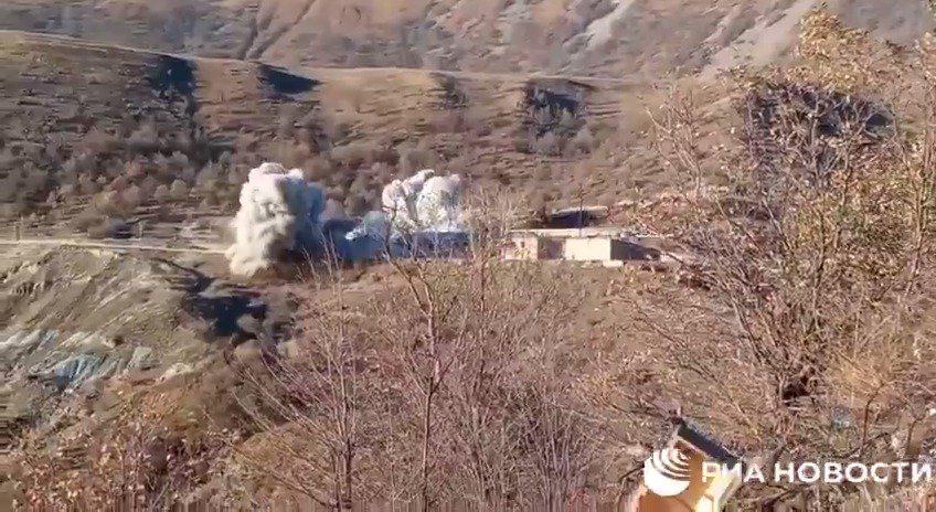 亚美尼亚军人撤离克尔巴贾尔前炸毁了一栋建筑物