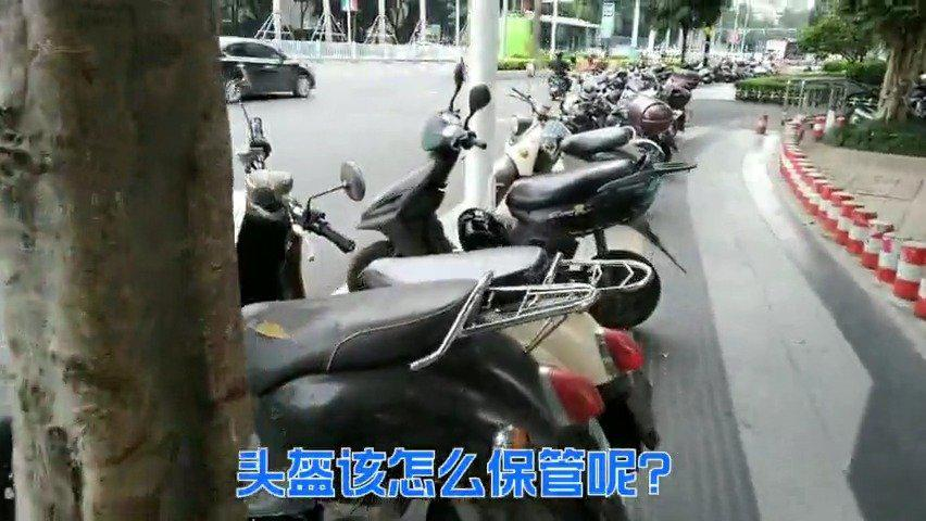 广西南宁大批头盔随手挂在街边电车上