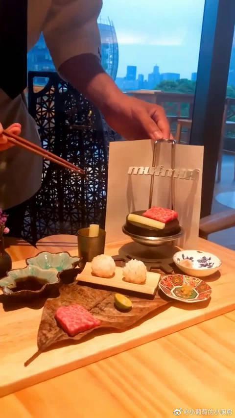 日式一人式烤肉,非常适合富二代,就是牛肉烤太熟,我一般吃一成