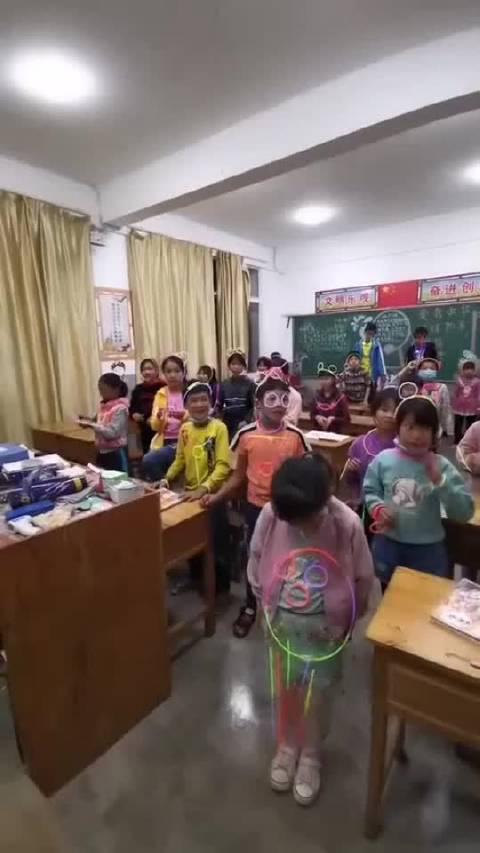 万圣节老师带着孩子一起玩,灯一关,全教室的骷髅架子