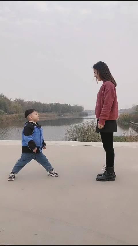 宝妈说我想飞,宝宝说,那我来帮你吧! 来源:星星