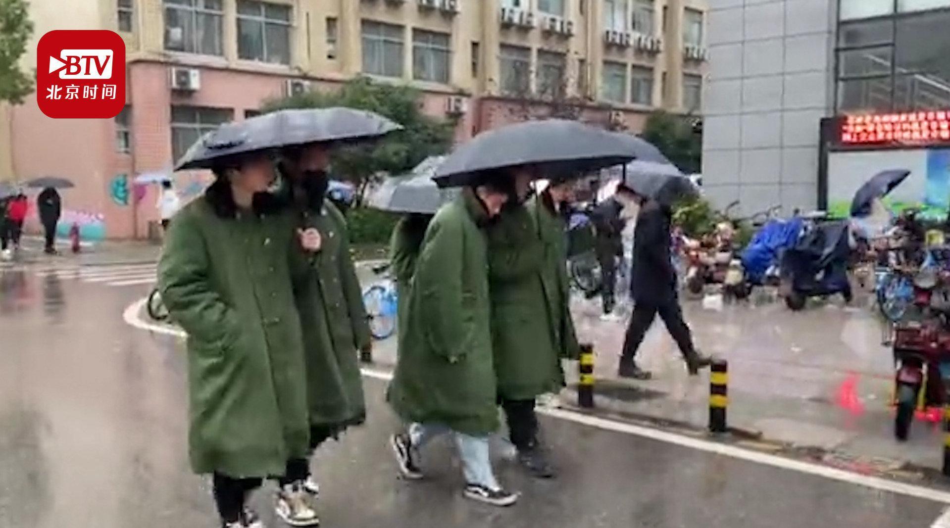太拉风了!武汉一高校男生组团穿军大衣上课:既方便又暖和