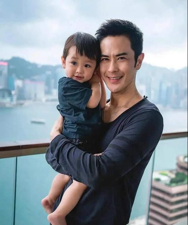 香港星二代近照:钟嘉欣女儿肿眼泡,胡杏儿儿子眼睛一大一小