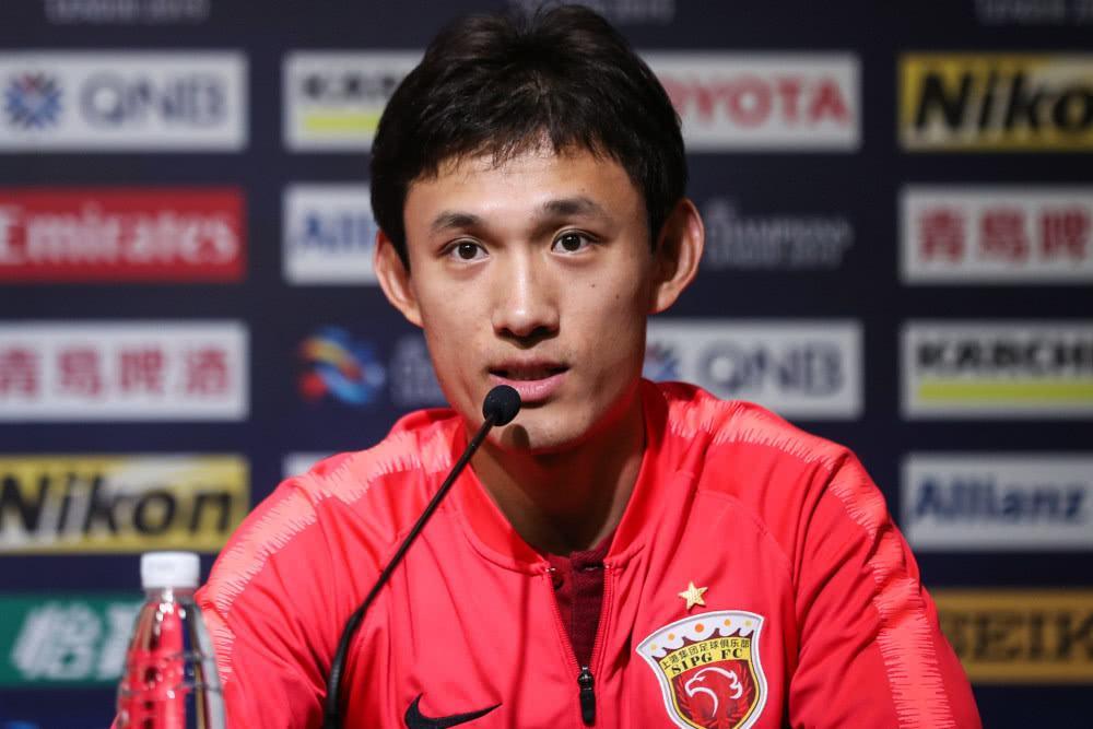 争议!王燊超遭对手禁区线犯规 主裁判罚任意球