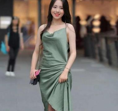 秋天来了如何穿裙子?藏青色连衣裙搭配高跟鞋,清新脱俗