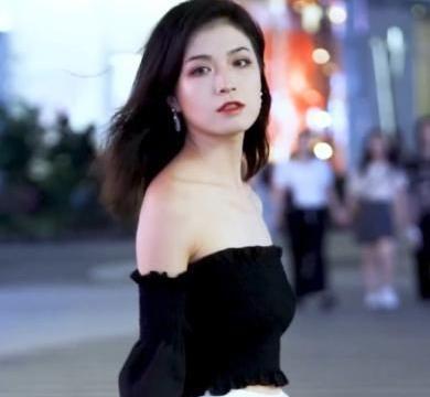 黑色抹胸背心搭配白色超短裤,时尚简约,小巧精致