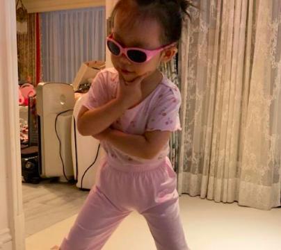 秦昊女儿能闹腾,小米粒睡前不安静,伊能静偷拍也戴墨镜凹造型
