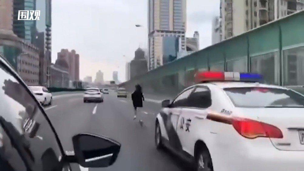 上海一女子在高架狂奔:后面竟缓缓跟了一辆警车?