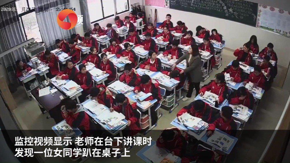 暖心!学生上课睡着被老师揉肩叫醒:孩子青春期直接点名不好