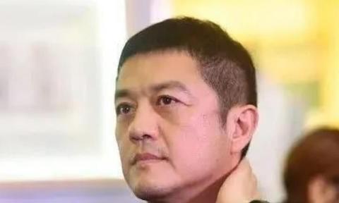 49岁李亚鹏近照,与美女十指相扣,一脸开心好似年轻10岁