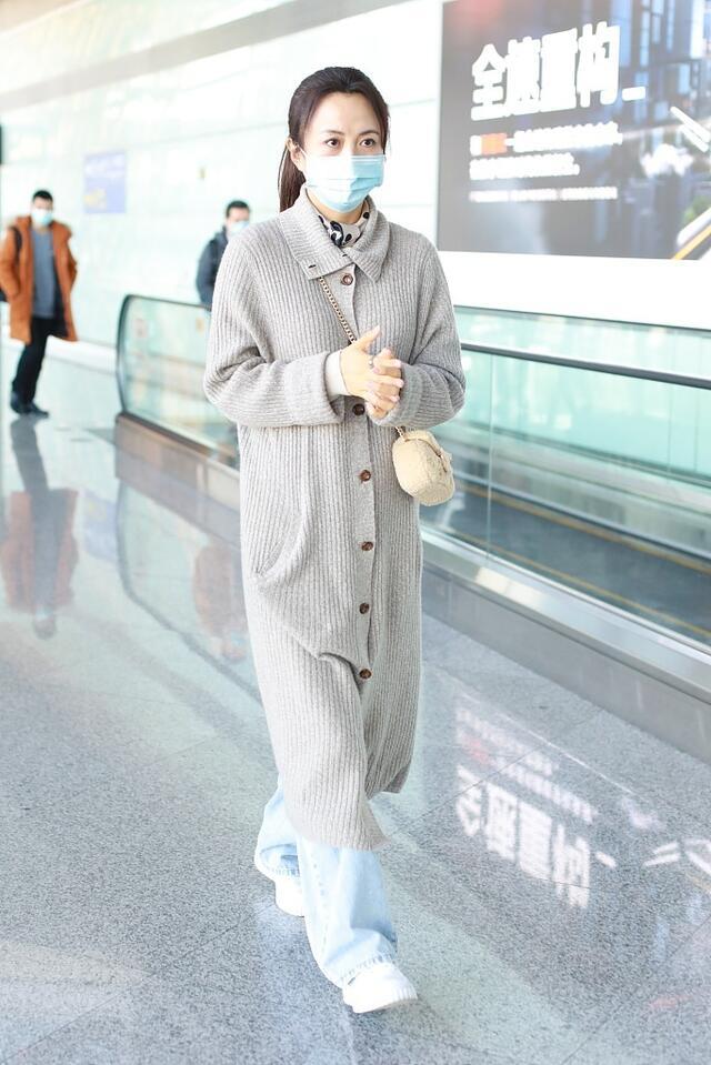 45岁杨童舒气质真好,浅色针织开衫配牛仔裤,不刻意装嫩好养眼