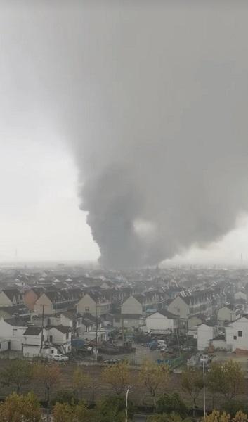 今天中午东川公路近金海公路一仓库起火 12个消防站25辆消防车到场处置