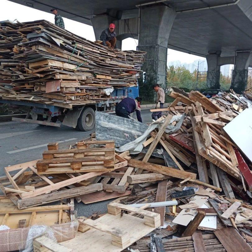 事发郑州,这些东西从货车上掉下来!满地都是...车主居然不要了!