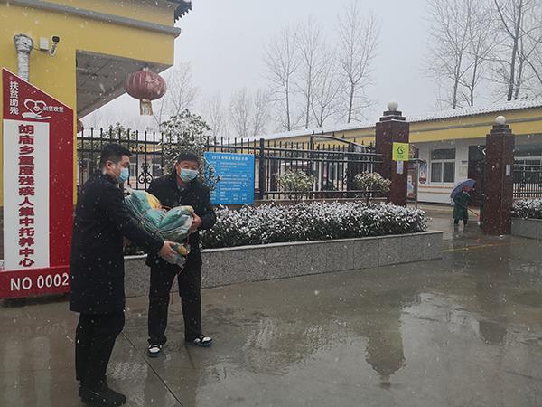 冒雪捐赠过冬衣物 爱心人士情暖人心