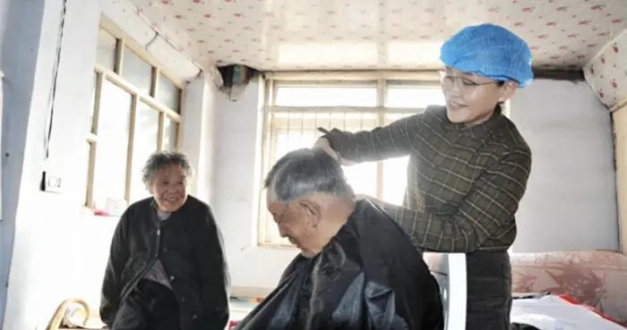 志愿服务送温暖,高龄贫困老党员暖心过冬