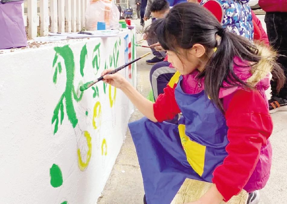 门头沟区城子街道七棵树西街社区的孩子们为社区围墙绘画涂鸦