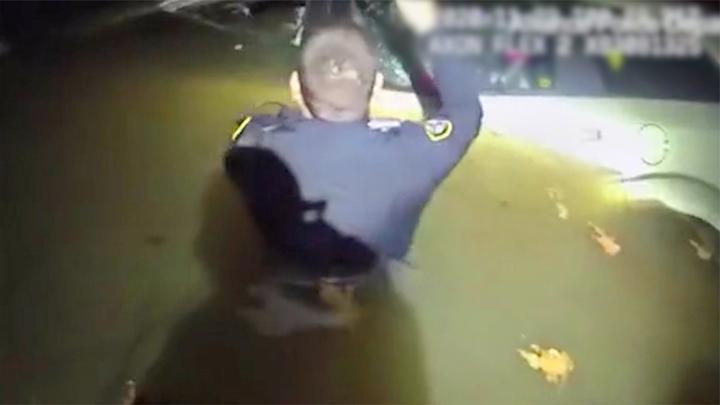 美国女子开车睡着冲入河中:冰水迅速灌入车内 人刚获救车就沉底