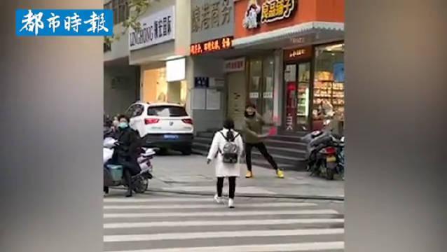 高三艺考生为锻炼胆量街头跳舞 网友:解放了天性