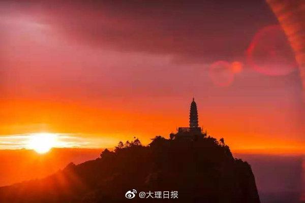 宾川鸡足山东观日出红霞满天