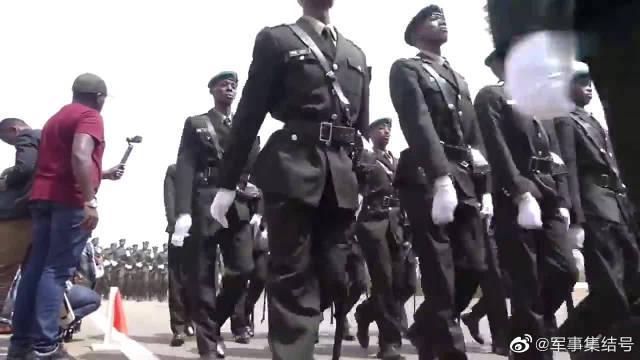 非洲卢旺达的士兵训练画面,全程喊中文口号:向前看,一二一二