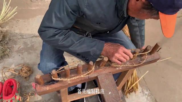 在20世纪60、70年代,张家港流行一款御寒神器——芦花鞋……