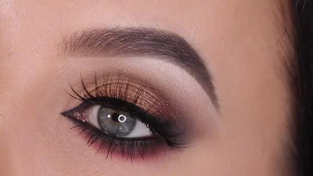 欧美美妆博主手把手教你画出发大双眼的烟熏妆……