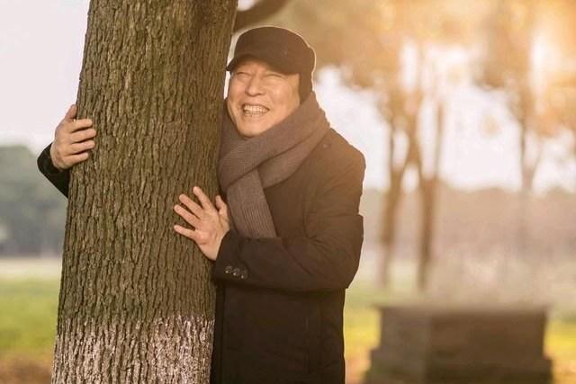 68岁泰王两鬓斑白眼圈暗沉,有妻子拿风扇吹还不行,全程眉头紧锁