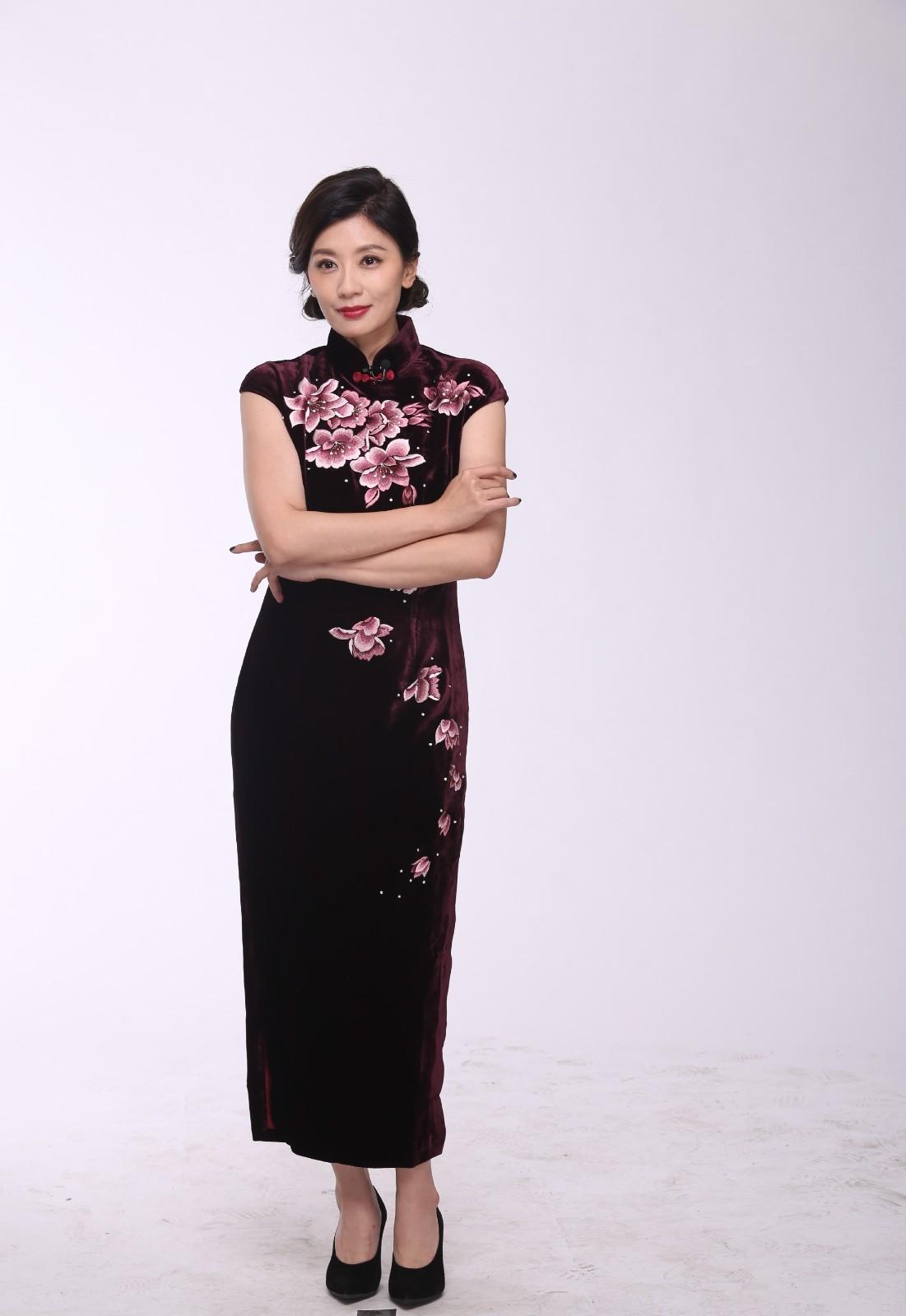 贾静雯丝毫不显老,腿长颜值高,46岁的她穿旗袍也好看