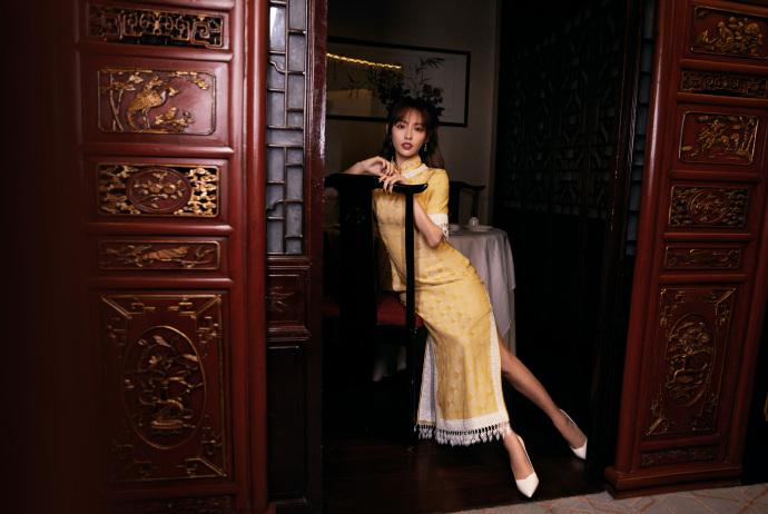 张嘉倪一袭黄色旗袍故事感十足,身姿曼妙国色天香,堪称绝美