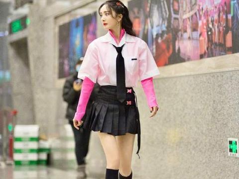杨幂录《奇葩说》被拍,衬衫叠穿粉打底,一副学生模样没啥违和感