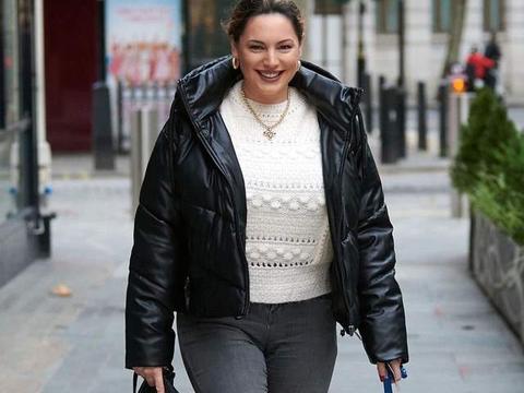 女星凯莉·布鲁克现身伦敦街头,她有一种特别的柔美