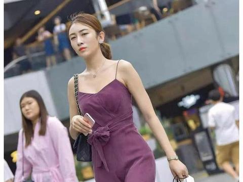 街拍美女:小姐姐紫色吊带裙搭配铆钉高跟鞋,如诗如画的美丽