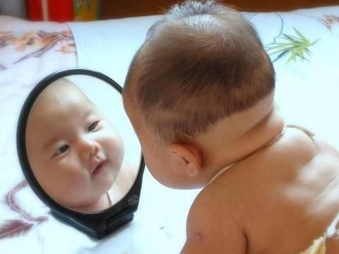 小婴儿在几个月时能认出自己?若有3个表现,家长要抓住培养时机
