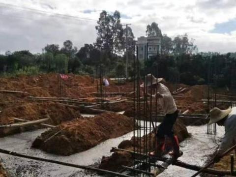 茂名化州市多部门出动拆违建,一违建章建筑被拆除,几十万打水漂