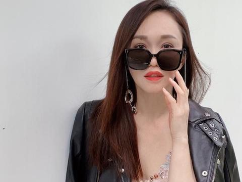 49岁范文芳真冻龄女王,缎面吊带搭皮衣时髦不羁,自然脸太年轻