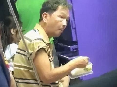 66岁老戏骨廖启智明明是在拍戏,却要被传沦落到摆摊卖廉价衣物