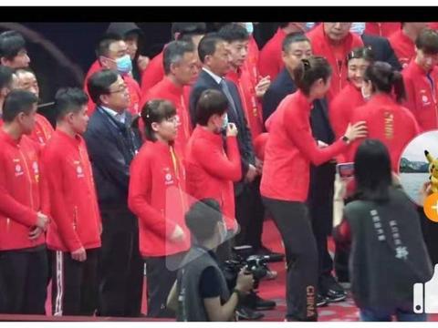 国乒大合影趣事多,刘诗雯想站在最边缘,被丁宁一把抱住拉到中间