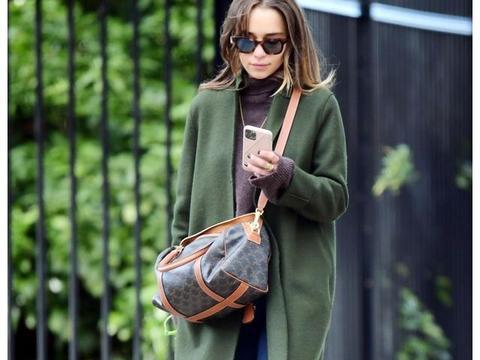 女星艾米莉亚·克拉克身穿墨绿色毛衣在伦敦的街拍
