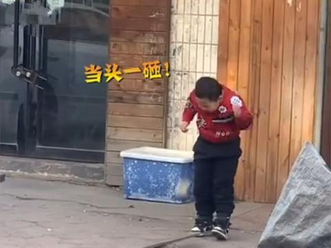 小男孩玩石头把自己砸起包,逗笑对面小姐姐,网友:只怪地心引力
